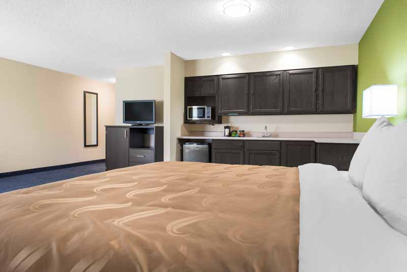 https://qualityinnanderson.com/wp-content/uploads/2017/08/king-suite-quality-inn-anderson-indiana.jpg