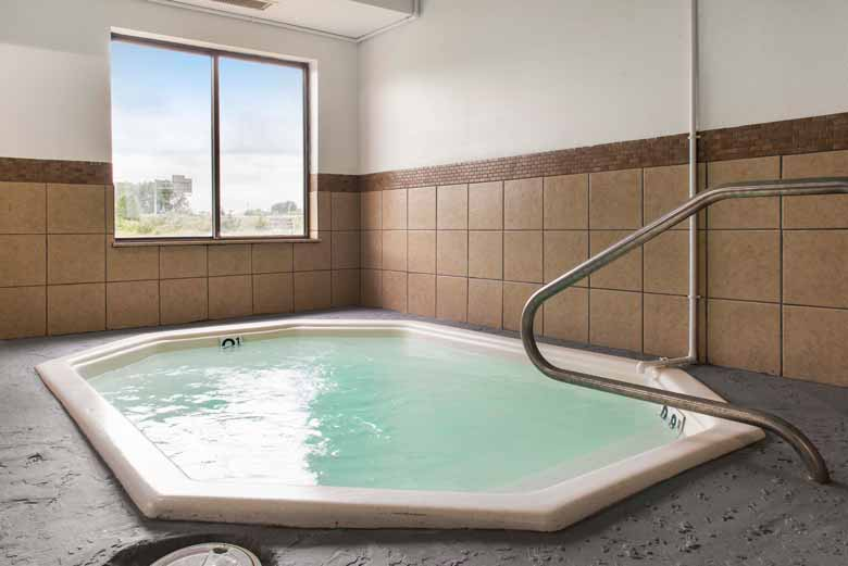 https://qualityinnanderson.com/wp-content/uploads/2017/08/whirlpool-hot-tub-quality-inn-anderson-indiana.jpg